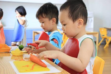 Trẻ hoạt động đọc lập theo khả năng và sở thích của bản thân